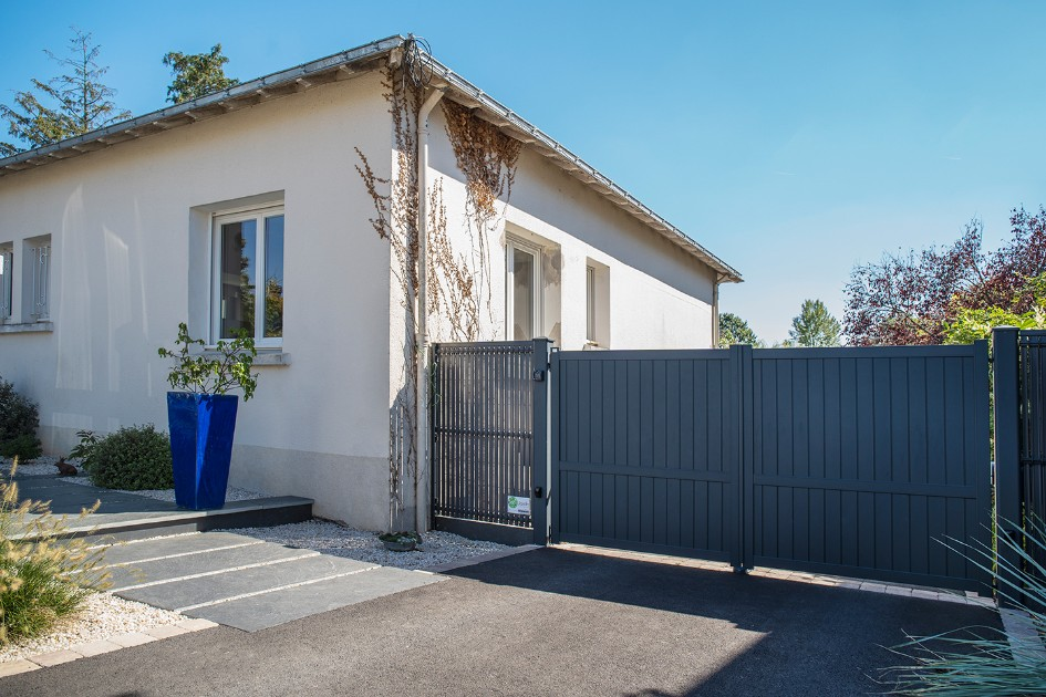 DécoJardin Entrée D'une Cour En Enrobé Avec Palis D'ardoise En Pas Japonais Ansi Que D'un Portail En Aluminium à Nantes 831