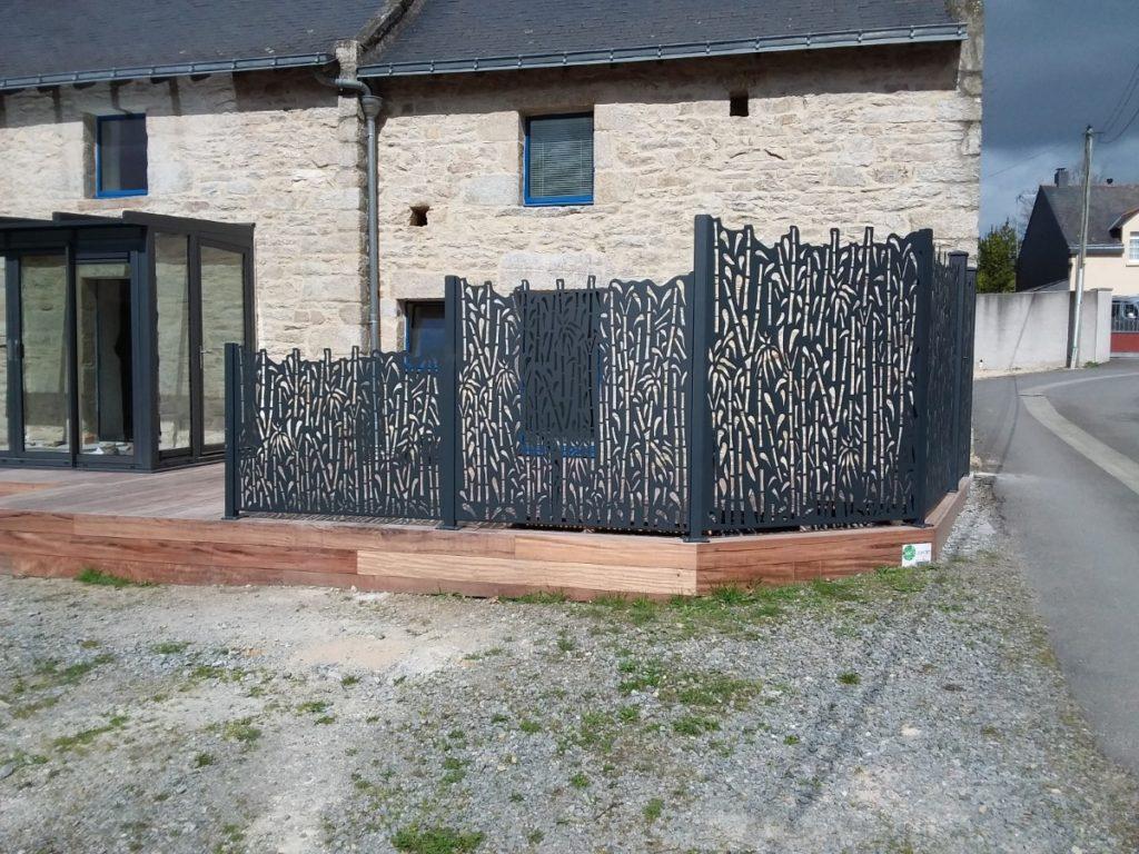 DécoJardin Mise En Place D Une Clôture Aluminium De Très Haute Qualité En Découpe Laser En Association Avec La Terrasse Bois 833